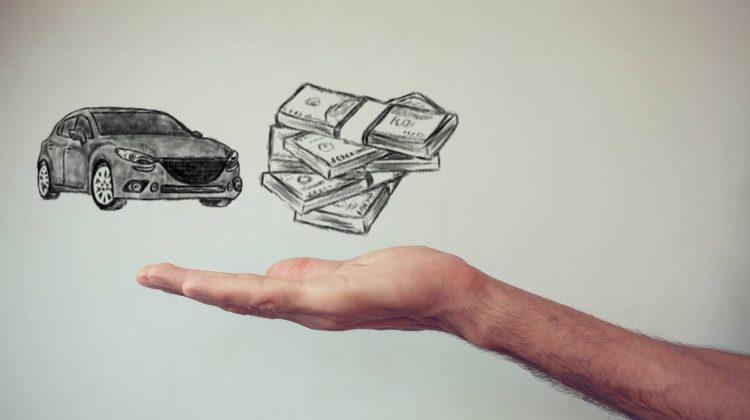 Geld und Auto mit einer Hand